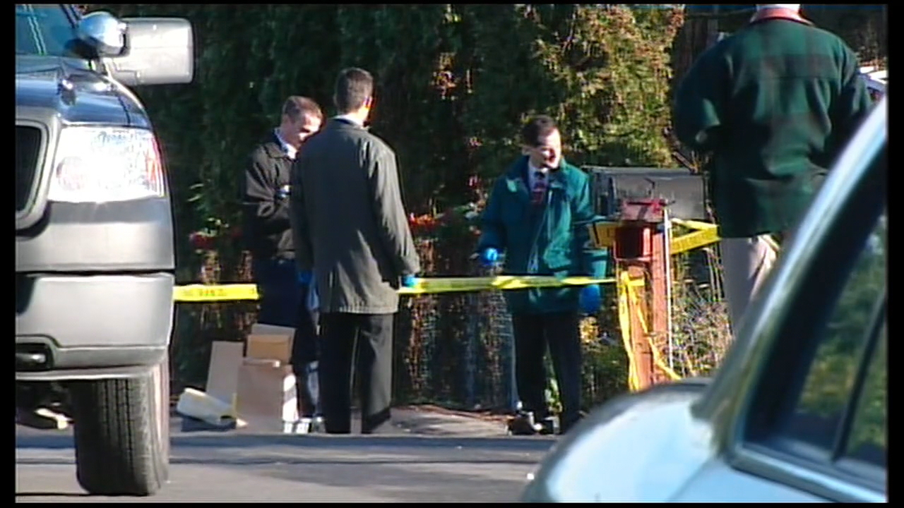Investigators collect evidence at the crime scene. (2005 KOMO file photo)