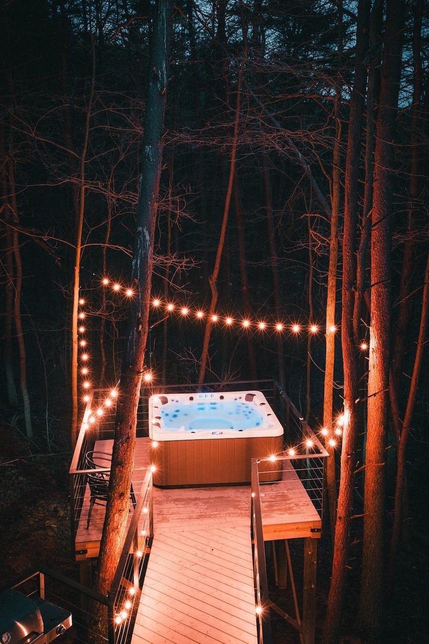 The Box Hop may be unconventional, but it does not skimp on the amenities people seek when planning a getaway. It includes satellite TV, a gas fireplace, an outdoor fire ring, a rooftop patio, a hot tub, and nearby fishing within the woods that surround the complex. / Image courtesy of The Box Hop // Published: 5.5.19
