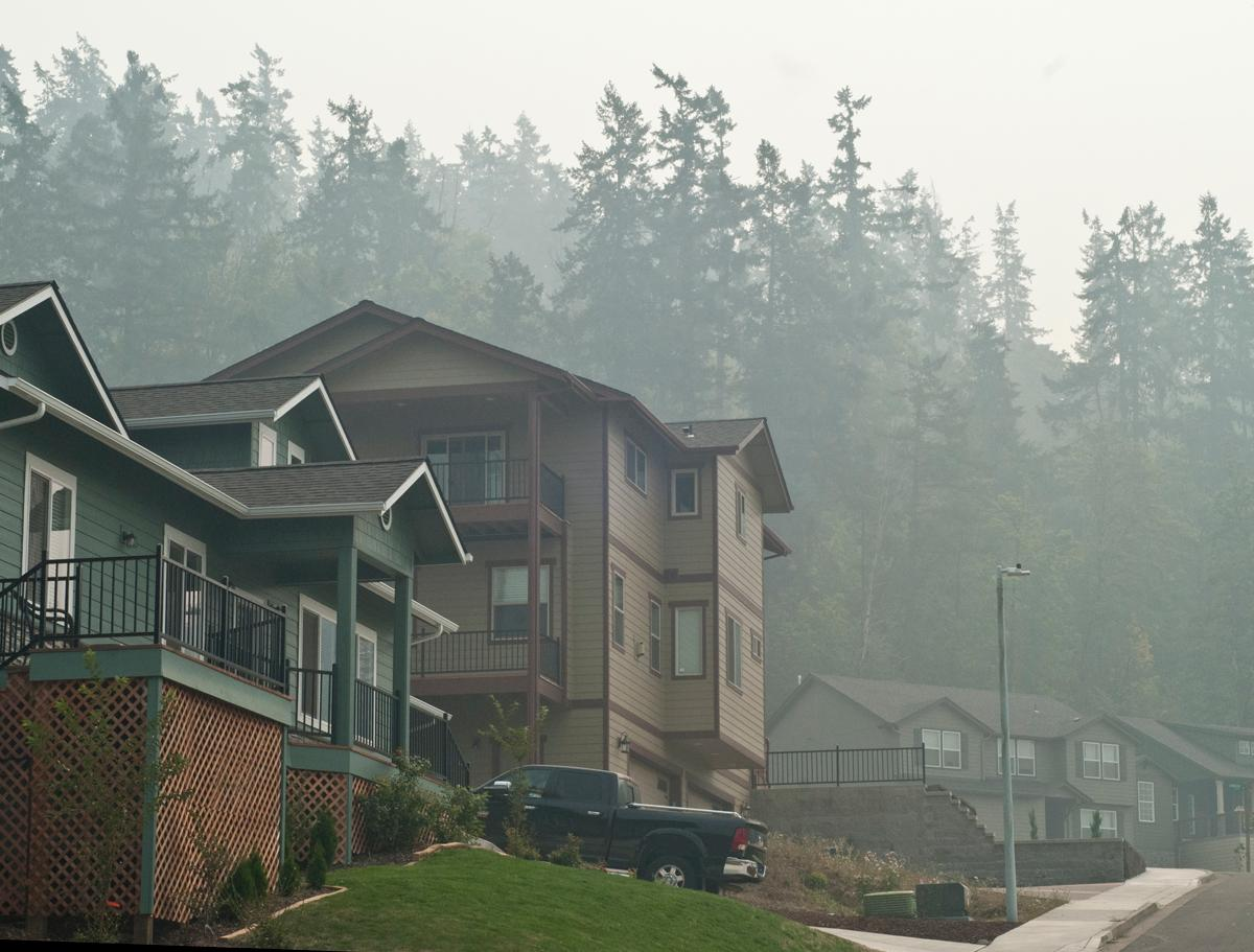 Houses in the Moon Mountain neighborhood of Eugene at midday on Sunday. The smoke is from several nearby forest fires. Photo by Dan Morrison, Oregon News Lab