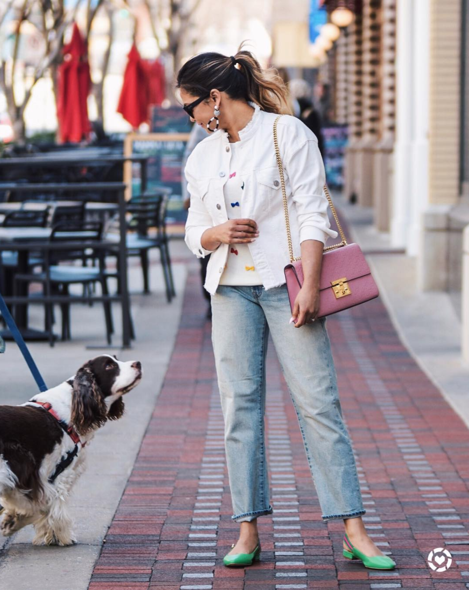 Plus a pink bag just screams spring - especially paired with a white jacket and popping earrings. (Image via @myriadmusings)