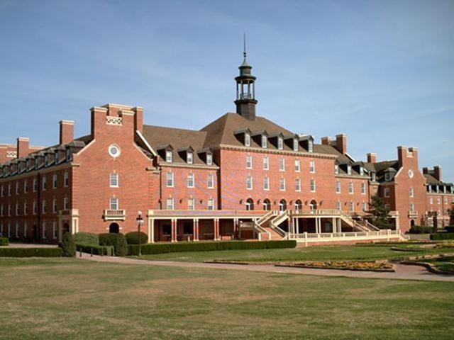 Considered the largest student union in the world, the Oklahoma State University Student Union covers an impressive 543,411 square feet. It is home to a 550-seat movie theatre, art exhibitions, student lounges, stores, a steak restaurant and a hotel.