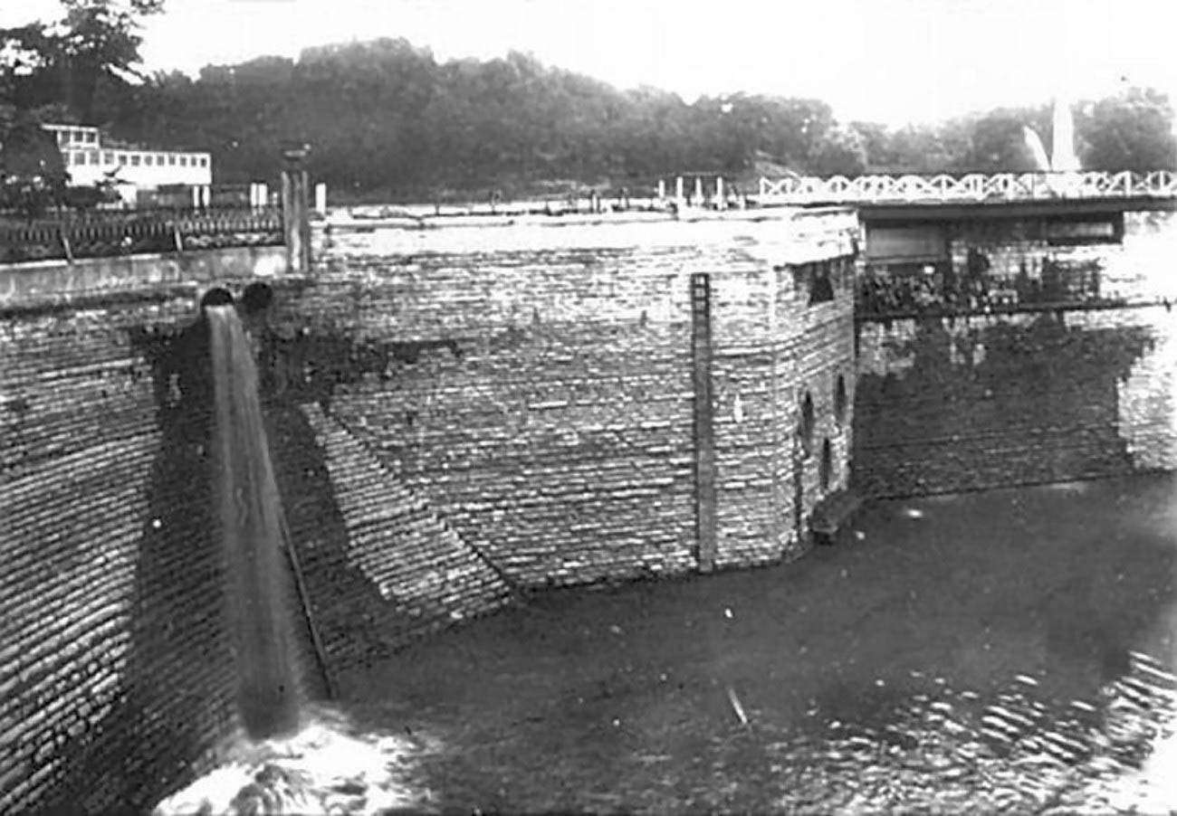 The reservoir was put into service in 1878 with a total capacity of 100 million gallons. / Image courtesy of The Cincinnati Public Library Memory Project // Published: 4.12.19