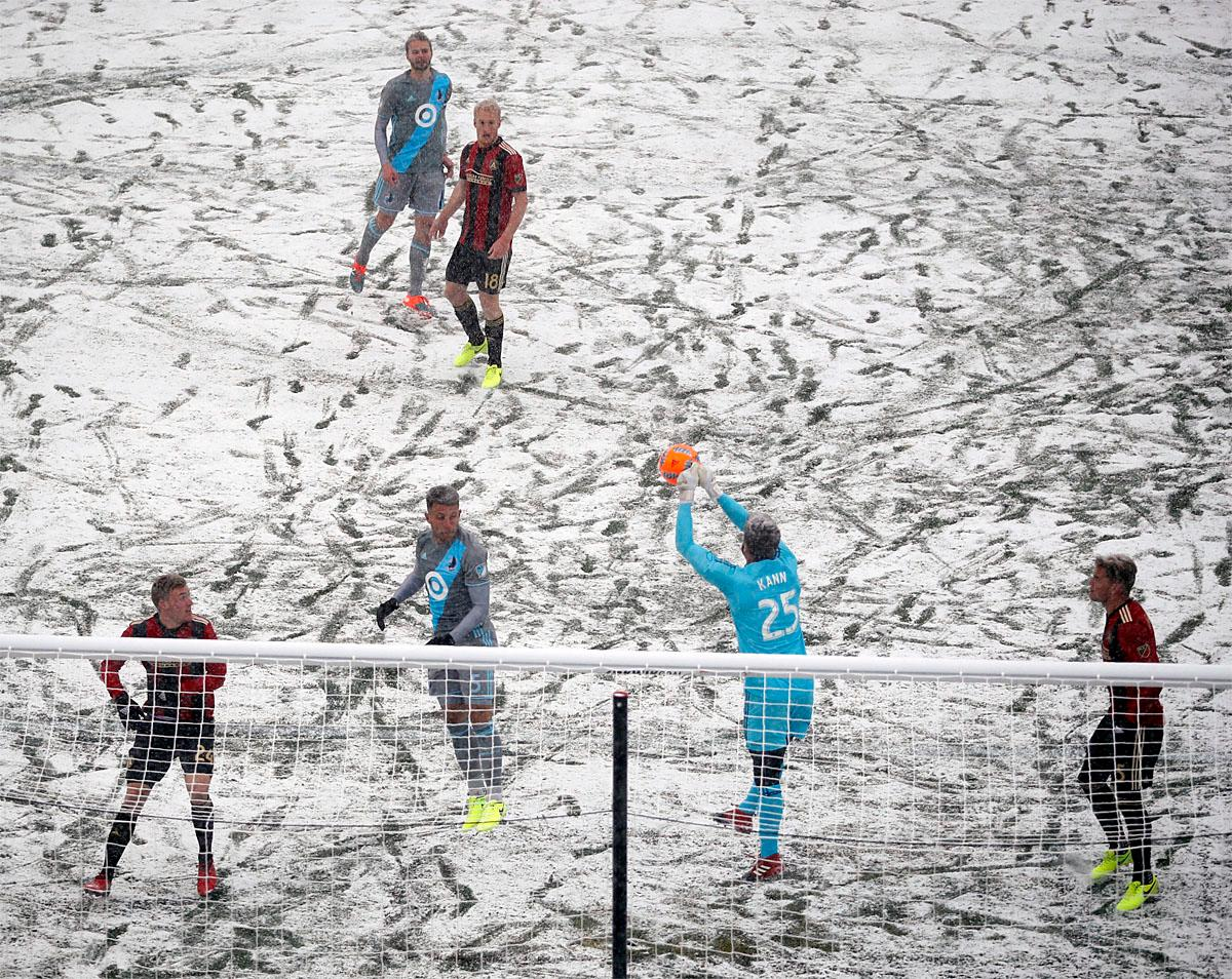 Atlanta United goalkeeper Alec Kann (25) makes a first-half save against a Minnesota United corner kick during an MLS soccer game Sunday, March 12, 2017, in Minneapolis, Minn. (Jeff Wheeler/Star Tribune via AP)